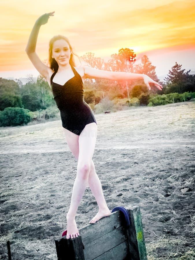 Ballerina έφηβη στο αγρόκτημα στοκ φωτογραφίες με δικαίωμα ελεύθερης χρήσης