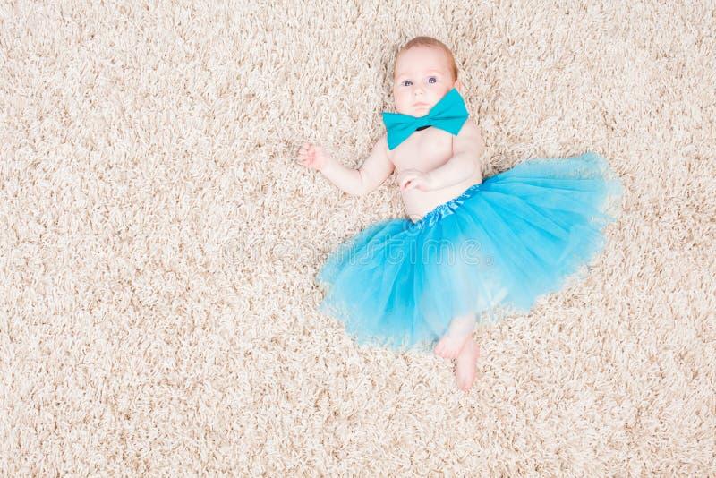 Ballerina μικρών κοριτσιών στην μπλε φούστα στοκ φωτογραφία