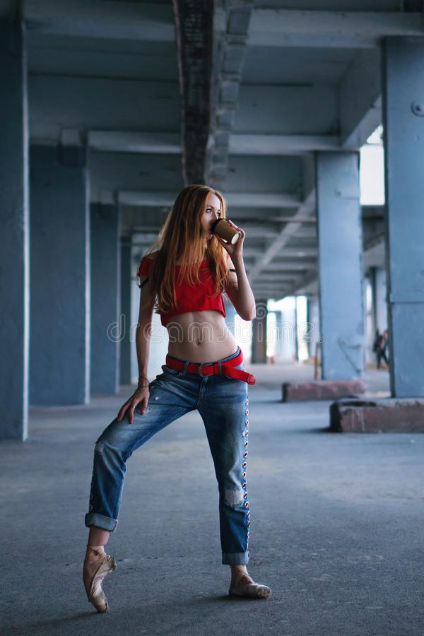 Ballerina που χορεύει με το φλιτζάνι του καφέ Απόδοση οδών στοκ εικόνα με δικαίωμα ελεύθερης χρήσης