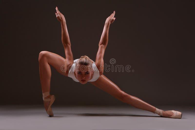 Ballerina στην εκφραστική μετακίνηση στοκ φωτογραφία με δικαίωμα ελεύθερης χρήσης