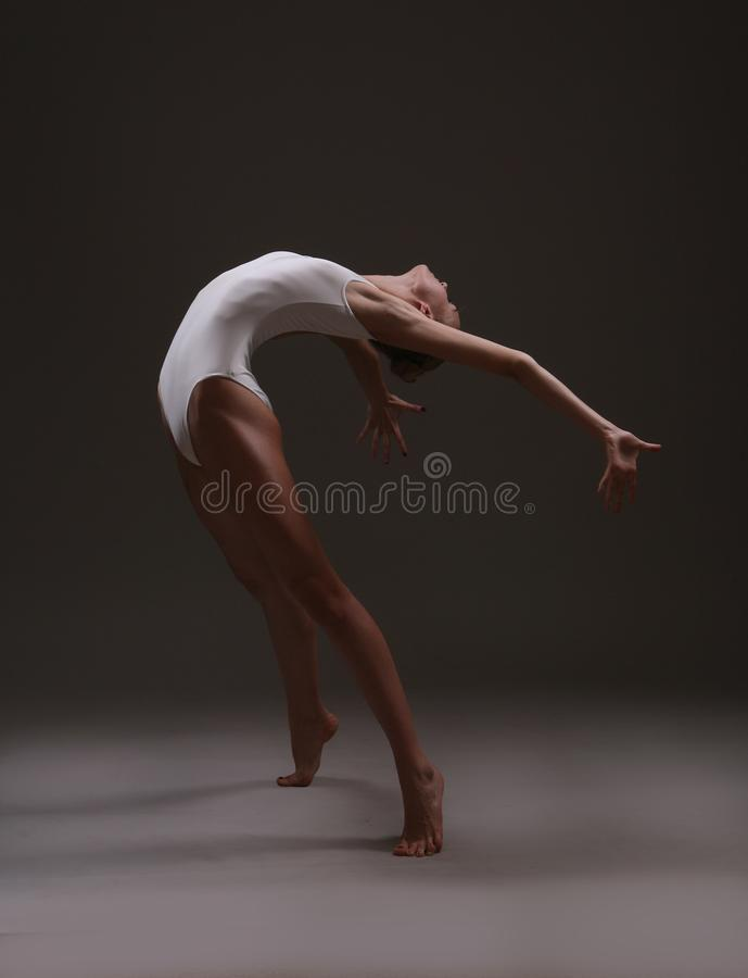 Ballerina στην εκφραστική μετακίνηση στοκ φωτογραφία