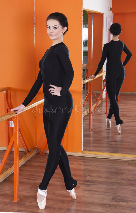 Ballerina στο σφιχτό ιματισμό στοκ εικόνες