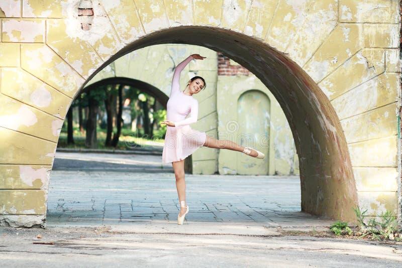 Ballerina all'aperto immagini stock libere da diritti