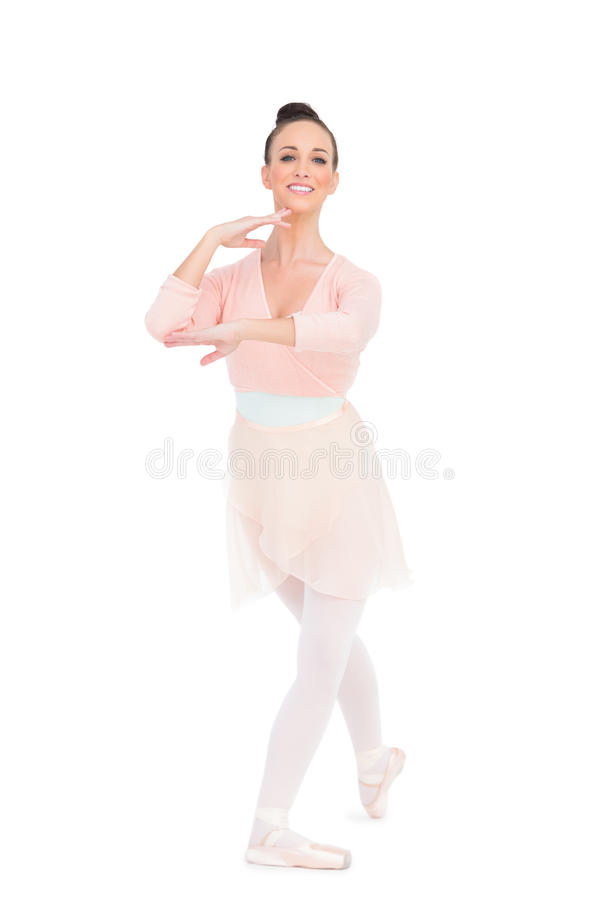 Ballerina attraente allegra che sta in una posa immagine stock libera da diritti