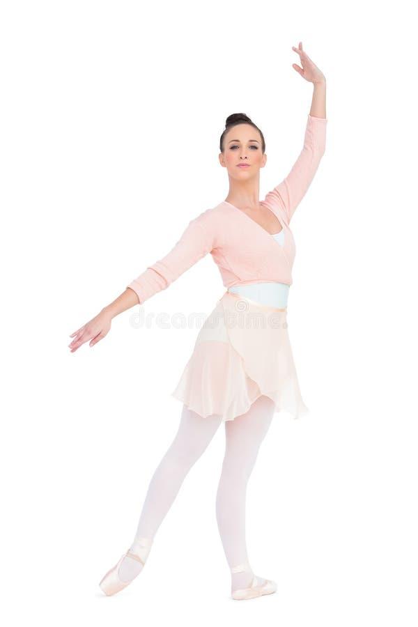 Ballerina attraente calma che posa con un braccio su immagini stock