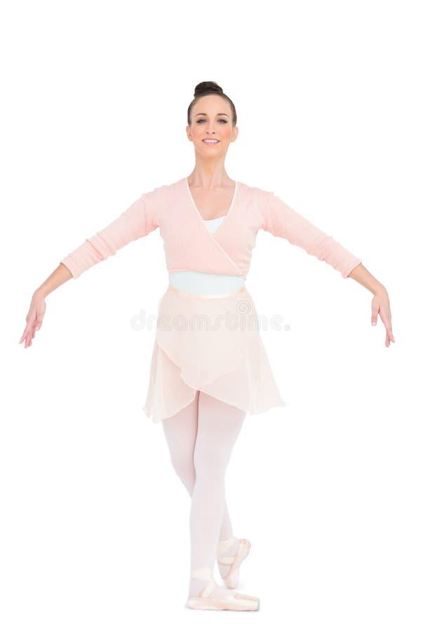 Ballerina attraente sorridente che sta in una posa immagine stock libera da diritti