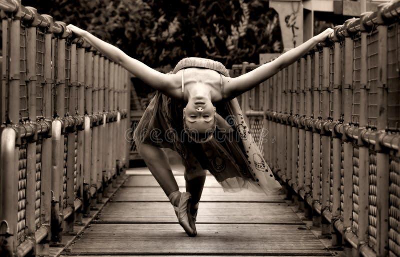 Ballerina auf Brücke lizenzfreies stockfoto