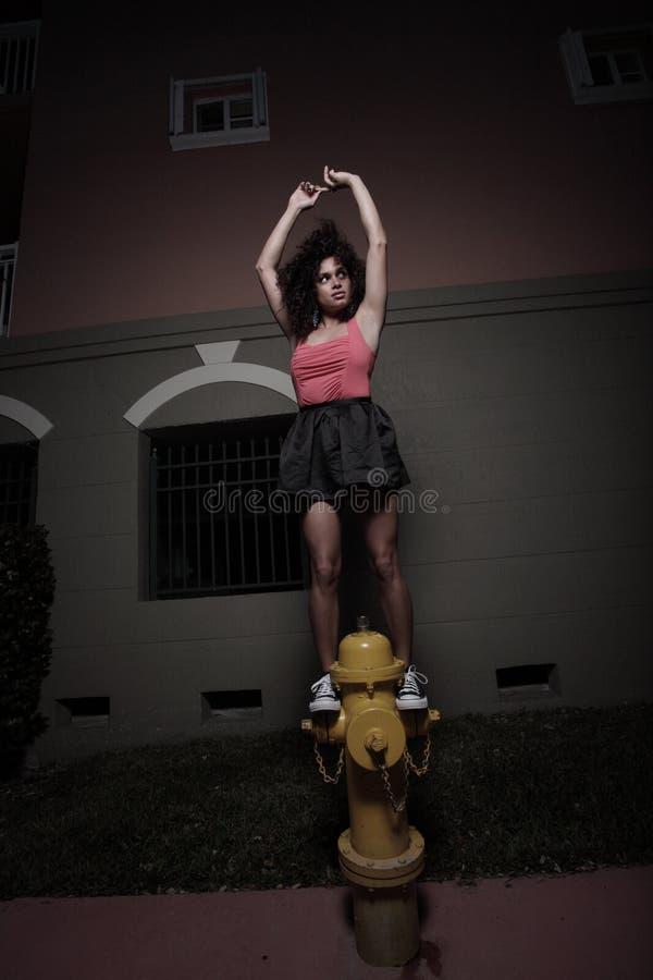Ballerina auf einem Feuerhydranten stockbilder