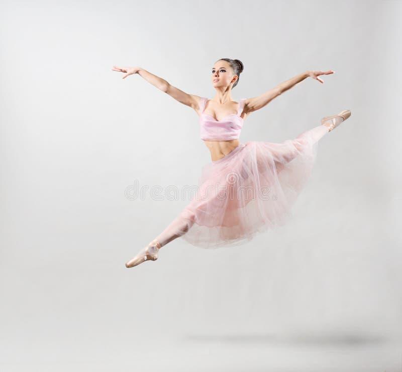 Ballerina auf grauer Version stockbild