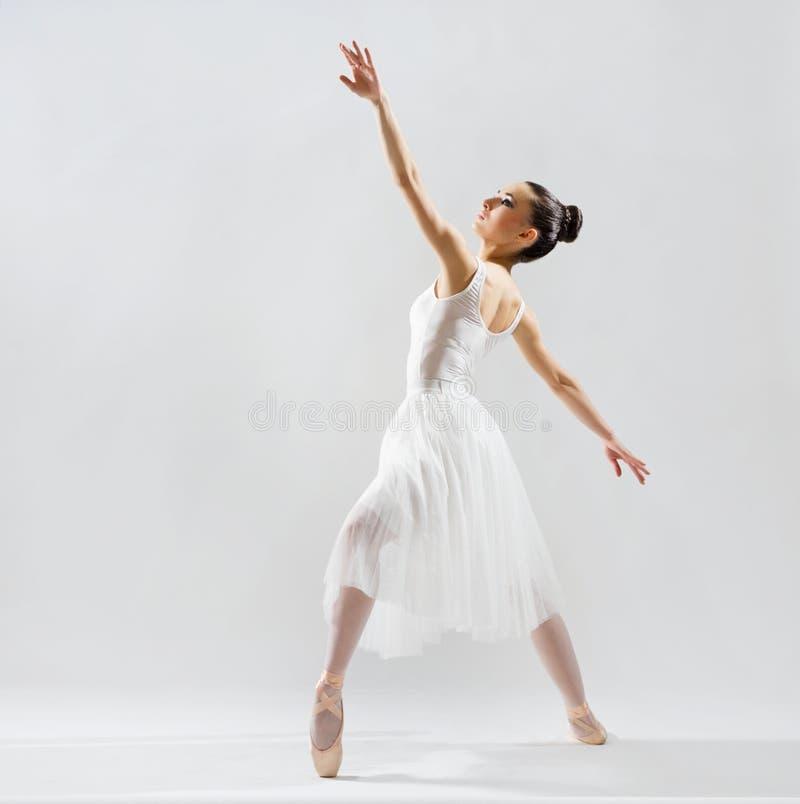 Ballerina auf grauer Version lizenzfreie stockbilder