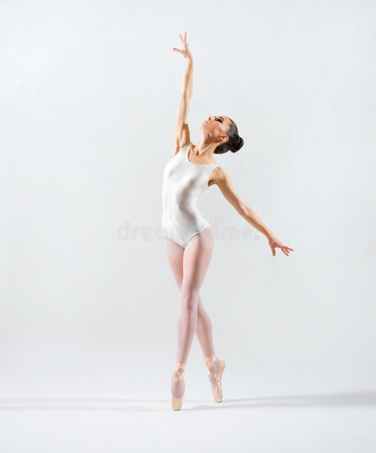 Ballerina auf grauer Version stockfoto