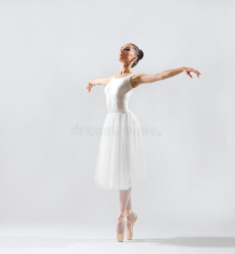 Ballerina auf grauer Version lizenzfreies stockfoto