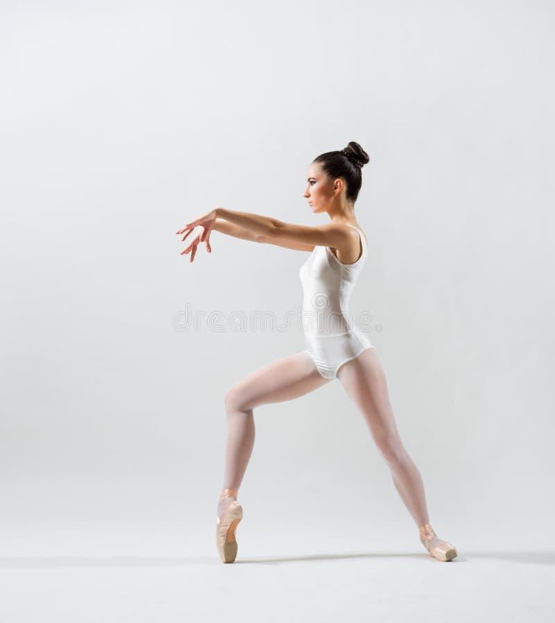 Ballerina auf grauer Version lizenzfreies stockbild