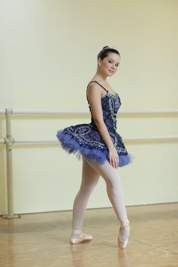 Ballerina auf ihren Zehen lizenzfreie stockfotografie