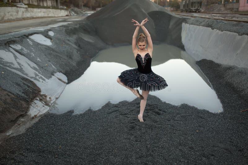 Ballerina auf Kies stockbild
