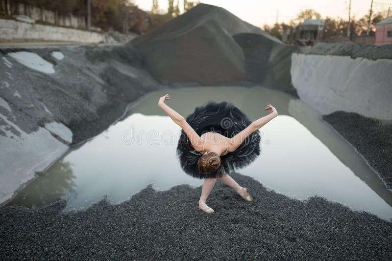 Ballerina auf Kies stockfotos