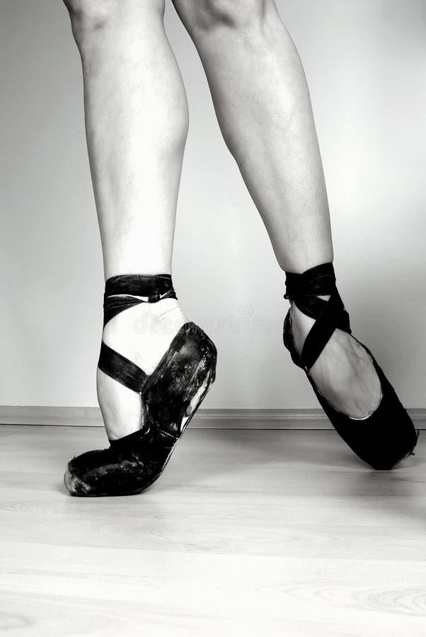 Ballerina auf pointe lizenzfreie stockbilder