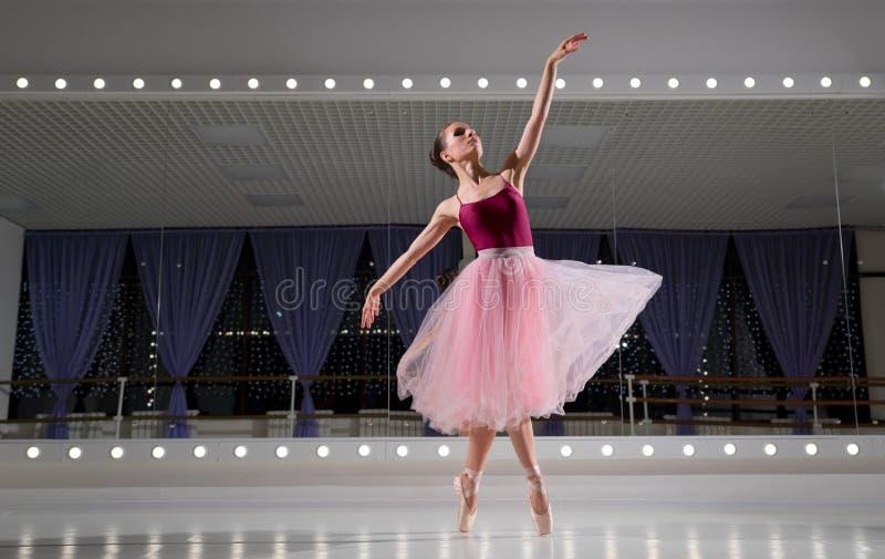 Ballerina in Ausbildungshalle stockfotografie