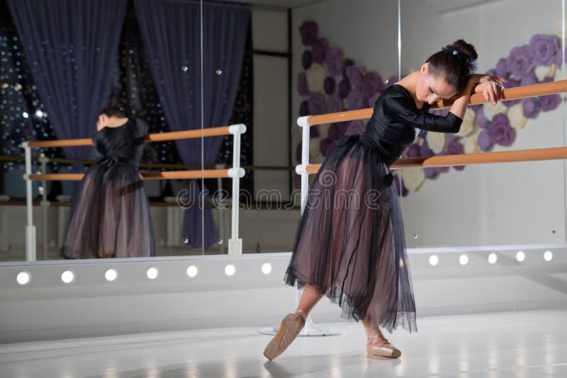 Ballerina in Ausbildungshalle lizenzfreie stockfotografie