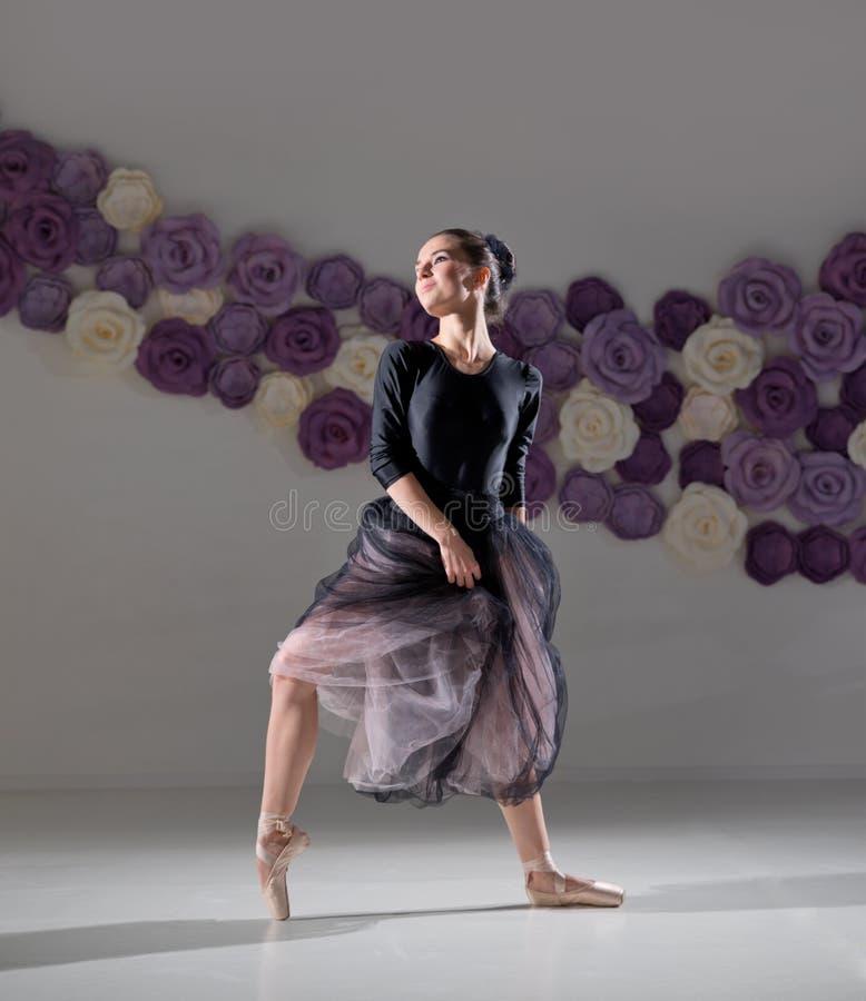 Ballerina in Ausbildungshalle lizenzfreies stockbild