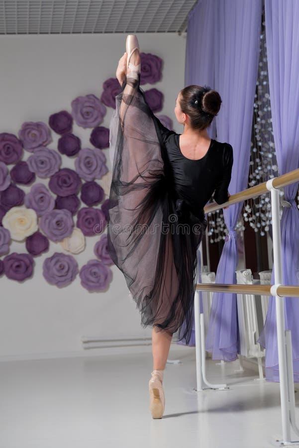 Ballerina in Ausbildungshalle lizenzfreie stockbilder