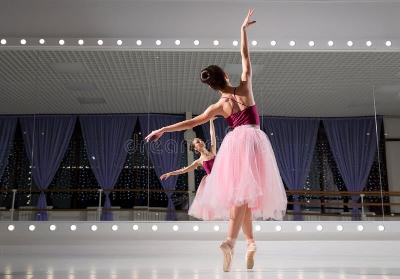 Ballerina in Ausbildungshalle stockbild