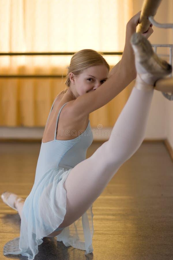 Ballerina in balletklasse stock foto's