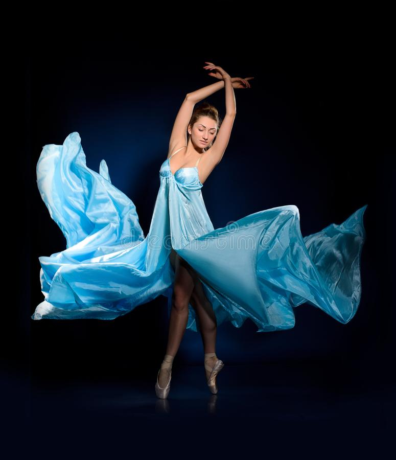 Ballerina in blauwe vliegende kleding royalty-vrije stock foto