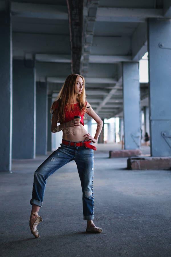 Ballerina che balla con la tazza di caffè Prestazione della via immagine stock libera da diritti