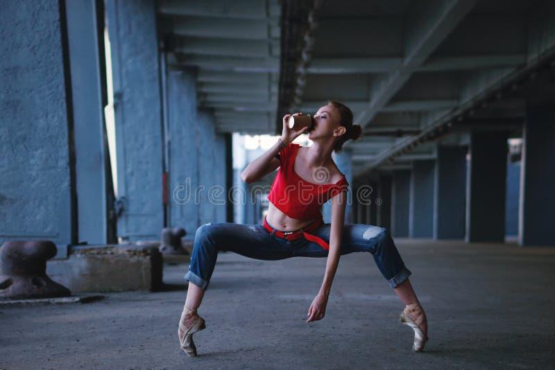 Ballerina che balla con la tazza di caffè Prestazione della via immagini stock