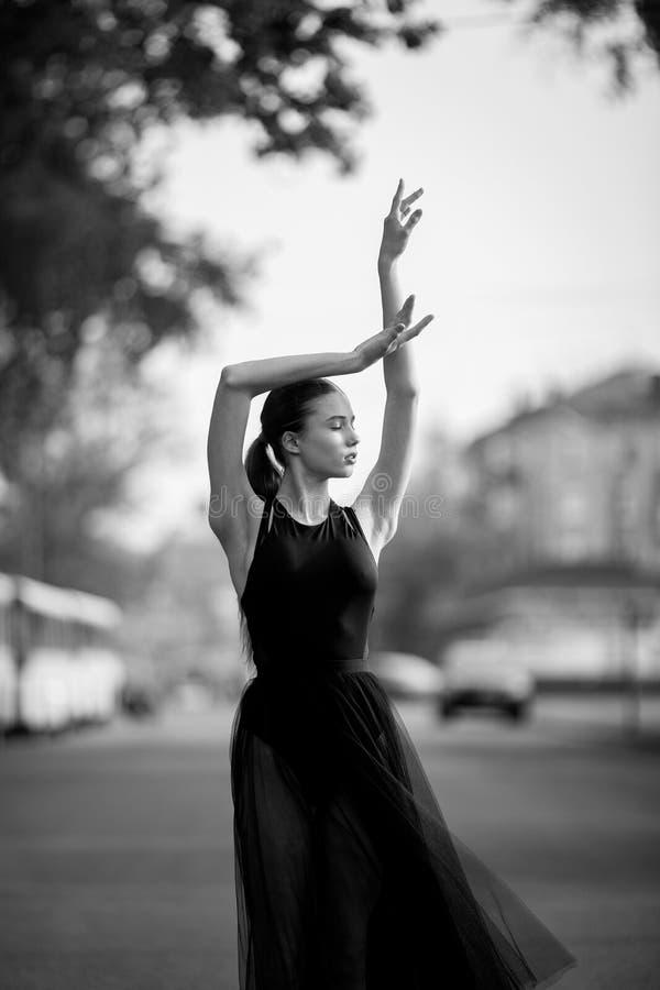 Ballerina che balla contro lo sfondo della via della città immagine stock libera da diritti