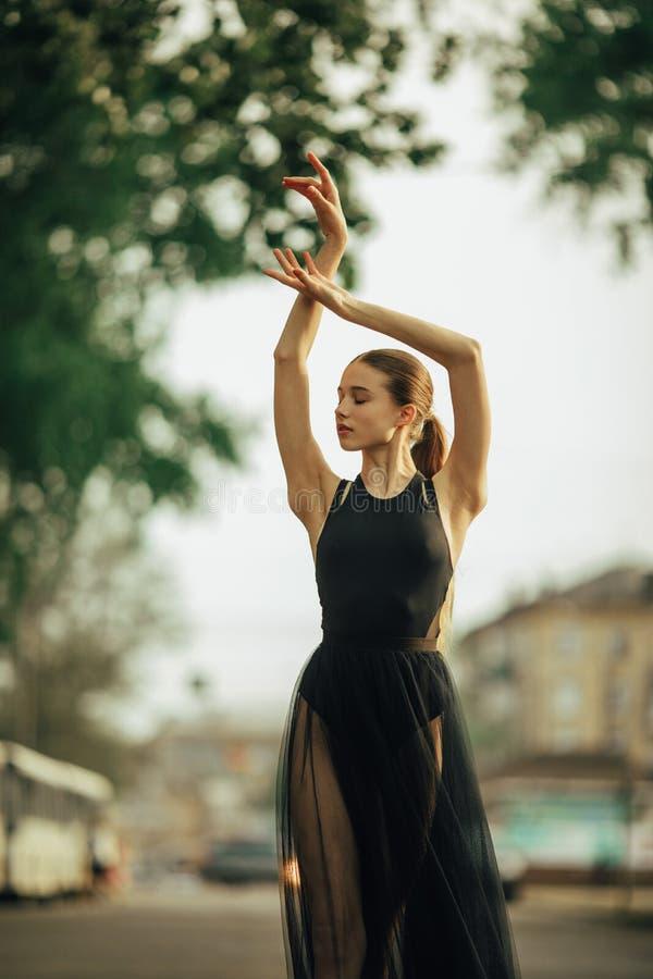 Ballerina che balla contro lo sfondo della via della citt? fotografia stock
