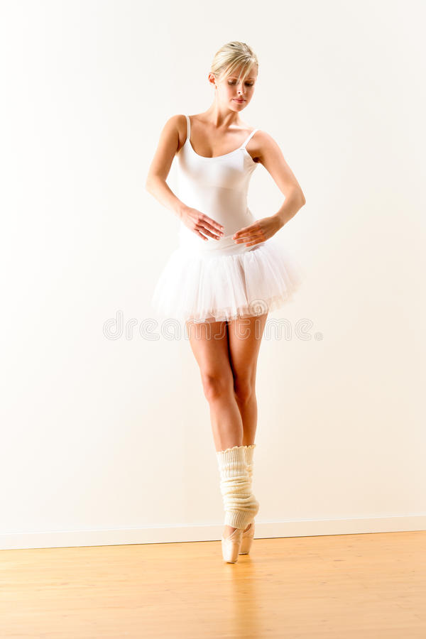 Ballerina che esercita posa di balletto nello studio immagine stock
