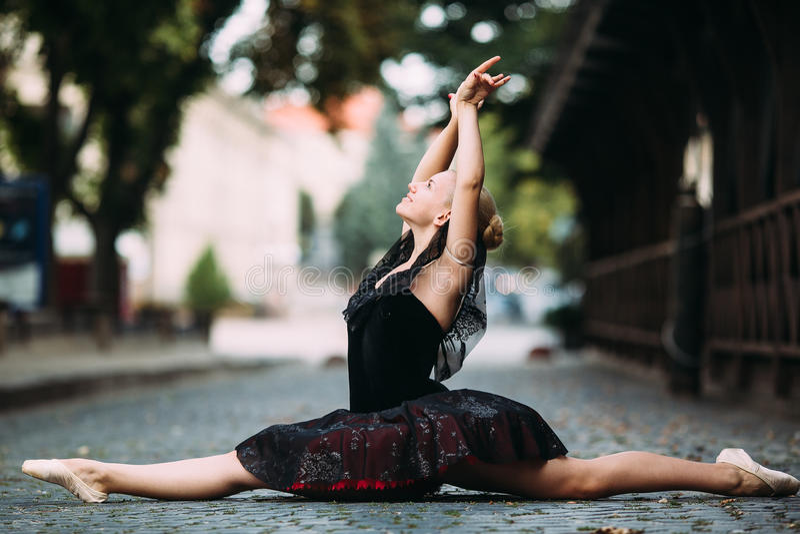 Ballerina che fa le spaccature fotografia stock libera da diritti