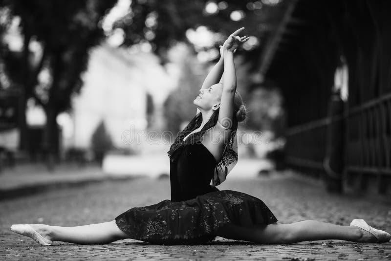Ballerina che fa le spaccature immagini stock