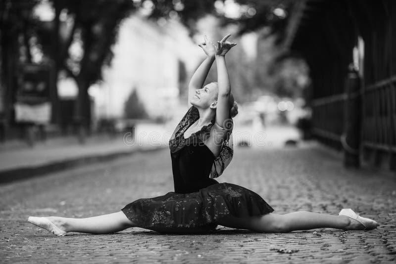 Ballerina che fa le spaccature fotografie stock