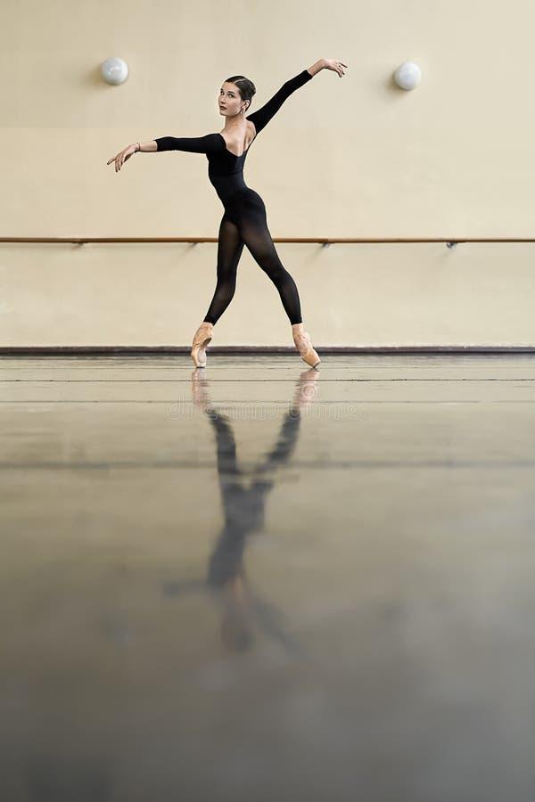 Ballerina che posa nel corridoio di ballo immagine stock