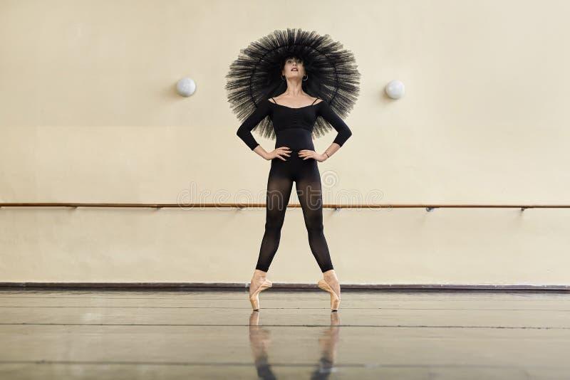Ballerina che posa nel corridoio di ballo fotografia stock