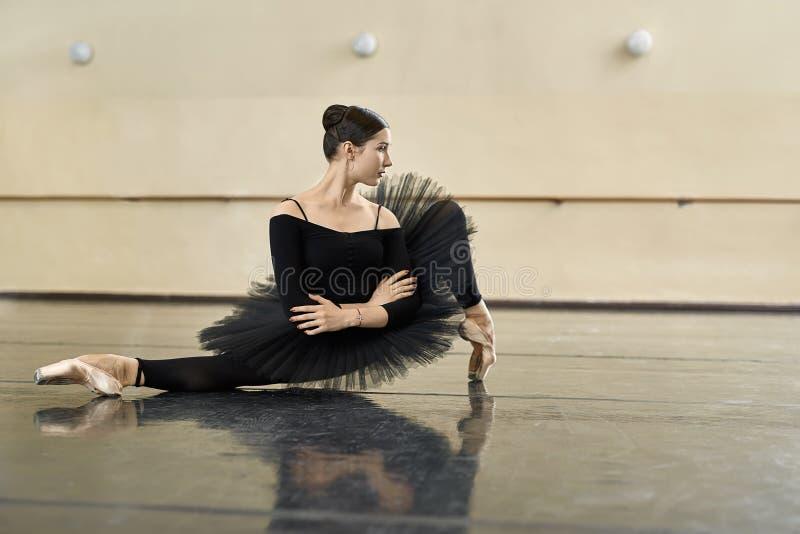 Ballerina che posa nel corridoio di ballo fotografia stock libera da diritti