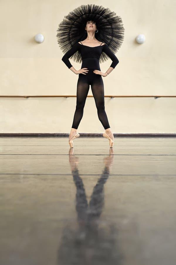 Ballerina che posa nel corridoio di ballo fotografie stock libere da diritti