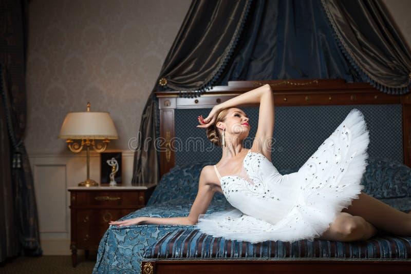 Ballerina che si riposa sul letto e sul fantasticare fotografie stock