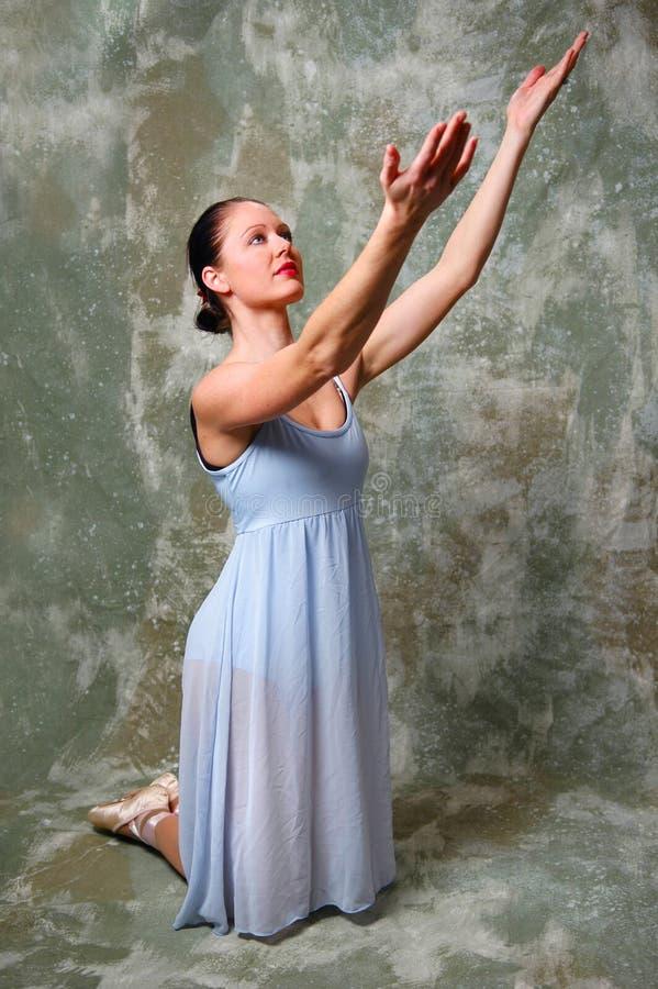 Ballerina che solleva le mani fotografie stock