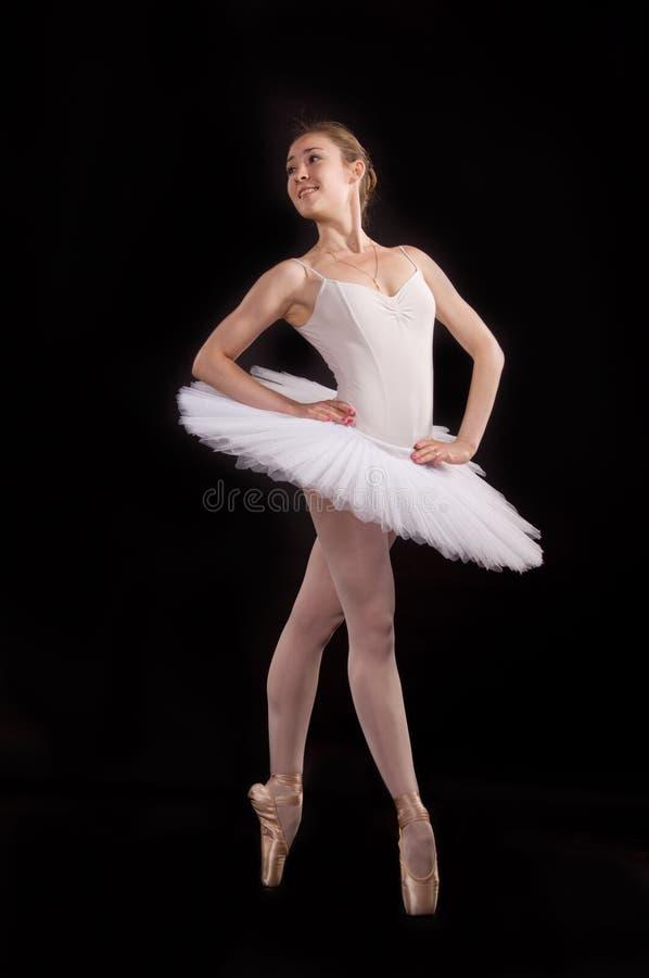 Ballerina classica in un pannello esterno bianco fotografie stock