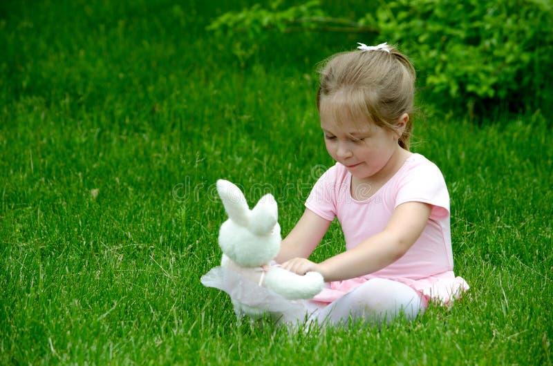 ballerina con il coniglietto del giocattolo immagine stock libera da diritti