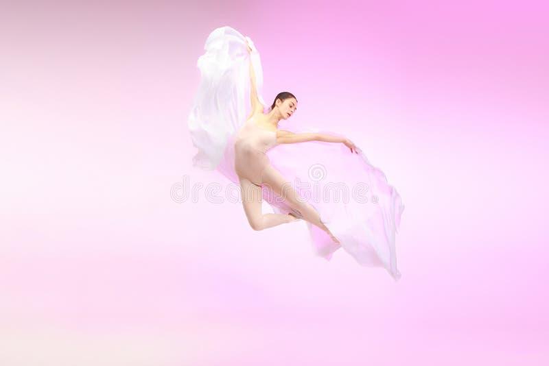 ballerina Dança fêmea graciosa nova do dançarino de bailado sobre o estúdio cor-de-rosa Beleza do bailado clássico imagens de stock royalty free