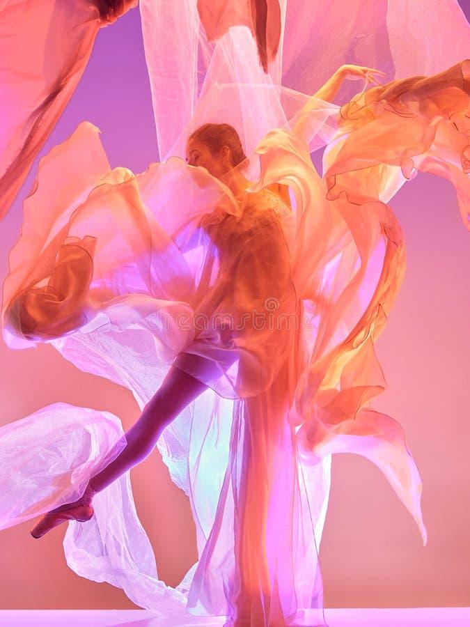 ballerina Dança fêmea graciosa nova do dançarino de bailado sobre o estúdio cor-de-rosa Beleza do bailado clássico imagem de stock royalty free