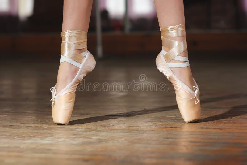 Ballerina of danser in pointe stock afbeeldingen