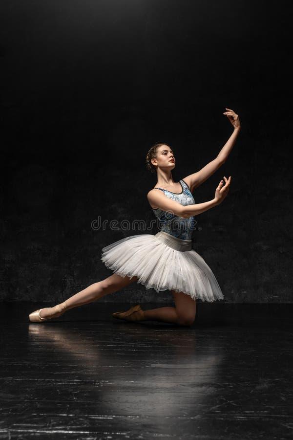 Ballerina demonstriert Tanzfähigkeiten Schönes klassisches Ballett lizenzfreies stockbild