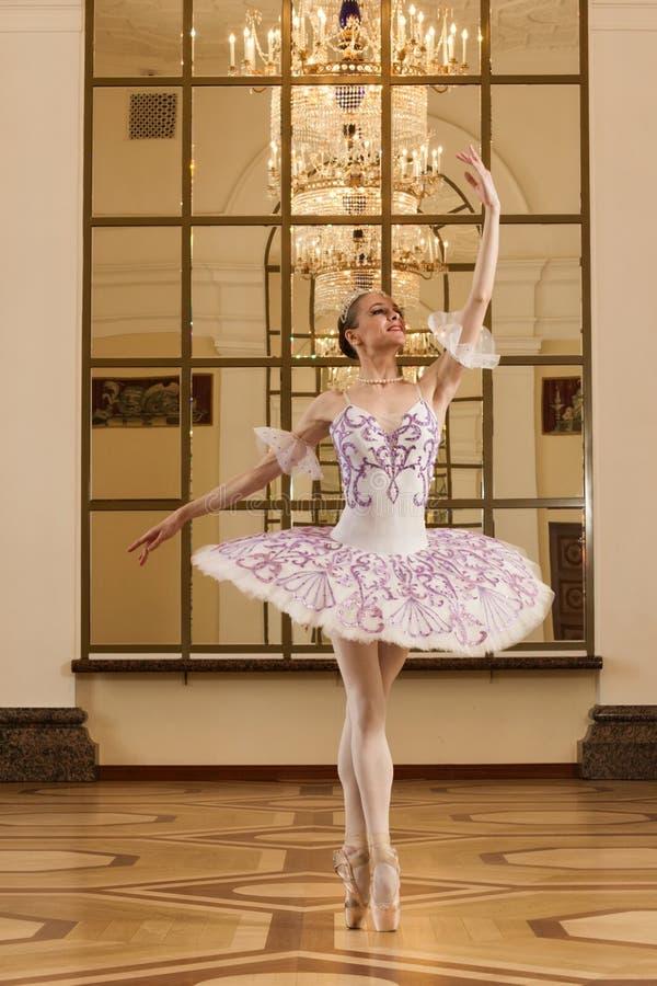 Ballerina in der Ballethaltung stockfotos