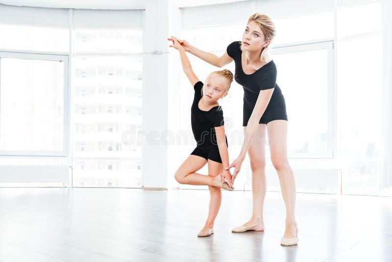 Ballerina des jungen Mädchens, die Tanzstunde mit weiblichem Ballettlehrer lernt stockbilder
